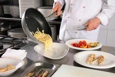 Chef-kok die deegwaren voorbereidt Stock Afbeeldingen