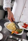 Chef-kok die deegwaren voorbereidt Stock Foto
