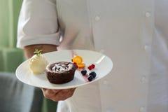 Chef-kok die een chocolade houden souflfe Stock Foto