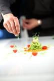 Chef-kok die een deegwarenschotel voorbereiden Stock Afbeelding