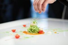 Chef-kok die een deegwarenschotel voorbereiden Royalty-vrije Stock Afbeelding