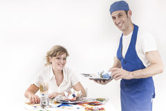Chef-kok die een maaltijd van bankbiljetten dienen Stock Foto's