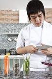 Chef-kok die een mes controleert. Stock Afbeeldingen