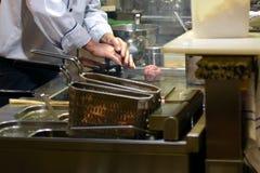 Chef-kok die een metaalpers gebruiken om een hamburgerpasteitjes voor te bereiden Royalty-vrije Stock Afbeeldingen