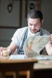 Chef-kok die een onderbreking nemen royalty-vrije stock foto