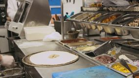 Chef-kok die een Pizza Bianca voorbereiden