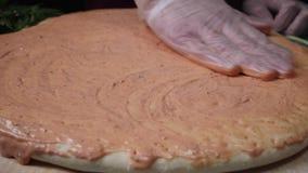 Chef-kok die een pizza voorbereiden Kader De voorbereiding van het voedsel Het koken van pizzaclose-up stock video