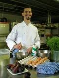 Chef-kok die een saus voorbereidt Royalty-vrije Stock Afbeelding