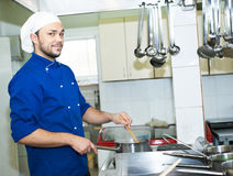 Chef-kok die een soep kookt Stock Afbeelding