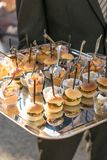 Chef-kok die genezen ham snijden bij een openluchtgebeurtenis stock fotografie