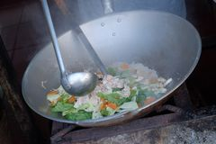 chef-kok die GLB-cay koken de hokkien-Afgeleide termijn voor een populaire Chinese Indonesi?r gebraden beweegt stock afbeeldingen