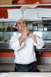 Chef-kok die het deeg van de pizzabasis werpen Royalty-vrije Stock Afbeeldingen