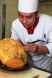 Chef-kok die het snijden doet Royalty-vrije Stock Afbeeldingen