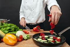 Chef-kok die ingrediënten toevoegt Stock Foto's