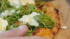 Chef-kok die Italiaanse pizza met stracciatella snijden stock videobeelden