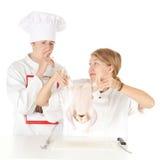 Chef-kok die kok onderzoekt Royalty-vrije Stock Afbeeldingen
