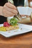 Chef-kok die lamsschotel voorbereiden Royalty-vrije Stock Fotografie