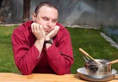 Chef-kok die lege schotels bekijken, Royalty-vrije Stock Afbeelding