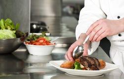 Chef-kok die maaltijd voorbereiden Stock Afbeelding