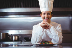 Chef-kok die op de teller met een schotel leunen Stock Afbeeldingen