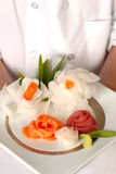 Chef-kok die plaat van decrative sashimi voorstelt Royalty-vrije Stock Afbeeldingen