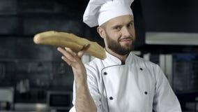 Chef-kok die pret met Frans brood maakt bij keuken De handenspel van de close-upmens met brood stock video