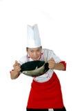 Chef-kok die ruwe vissen op een pan houdt Stock Foto's