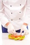 Chef-kok die sandwiches maken royalty-vrije stock afbeeldingen