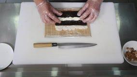 Chef-kok die sushi in de keuken voorbereiden Hoogste mening Royalty-vrije Stock Foto's