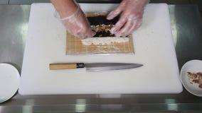 Chef-kok die sushi in de keuken voorbereiden Hoogste mening Stock Afbeeldingen
