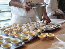 Chef-kok die taartjes maakt Stock Afbeeldingen