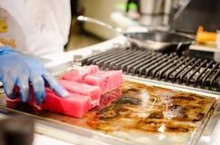 Chef-kok die tonijnlapjes vlees voorbereiden royalty-vrije stock fotografie