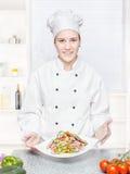Chef-kok die vegetarische maaltijd aanbiedt Stock Afbeelding