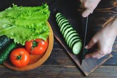Chef-kok die vegetarische plantaardige salade hoogste mening voorbereiden stock foto's