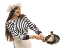 Chef-kok die verse vissen voorbereidt. Stock Foto's