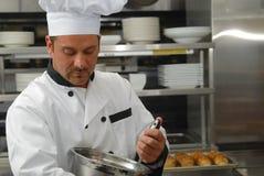 Chef-kok die voedsel mengt Royalty-vrije Stock Afbeeldingen