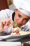 Chef-kok die voedsel verfraait Royalty-vrije Stock Foto's