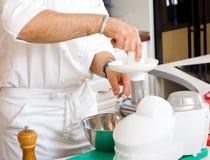 Chef-kok die voedsel voorbereidt Stock Afbeelding