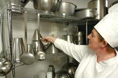 Chef-kok die voorbereidingen treft te koken Stock Afbeeldingen