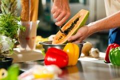Chef-kok die vruchten voorbereidt Stock Foto