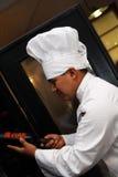 Chef-kok die Wijn 2 kiest royalty-vrije stock foto