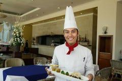 Chef-kok die zich bij restaurant bevindt stock foto's