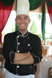 Chef-kok die zich bij restaurant bevindt royalty-vrije stock foto's