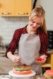 Chef-kok die zoet dessert op keuken koken cookery royalty-vrije stock afbeeldingen