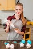 Chef-kok die zoet dessert op keuken maken cookery stock fotografie
