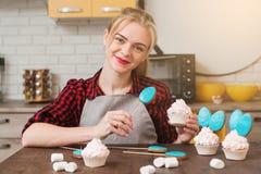 Chef-kok die zoet dessert op keuken maken cookery stock afbeeldingen