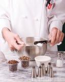 Chef-kok die Zout meet Royalty-vrije Stock Foto's