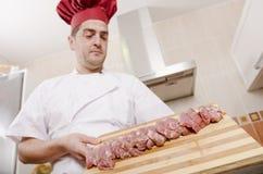 Chef-kok en gesneden lendestuk Royalty-vrije Stock Afbeeldingen