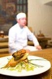 Chef-kok en zijn verwezenlijking Royalty-vrije Stock Foto's