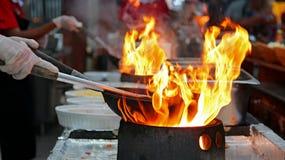 Chef-kok Flambe Cooking royalty-vrije stock afbeeldingen